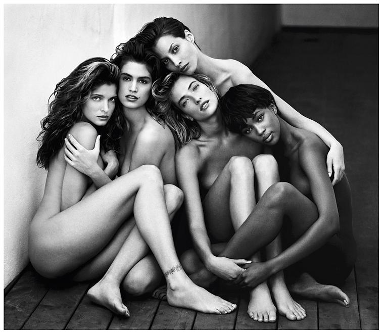 1990'lar Süper kadınlar 1990'larda dünyanın yeni hâkimi, süpermodellerdi. Aşırı süs püsün yerini, doğal güzellik aldı. Ne var ki, modellerin kusursuz imajları zaman içinde sıradan kadının kâbusuna dönüştü. Herb Ritts'in ikonik karesi o dönemden.