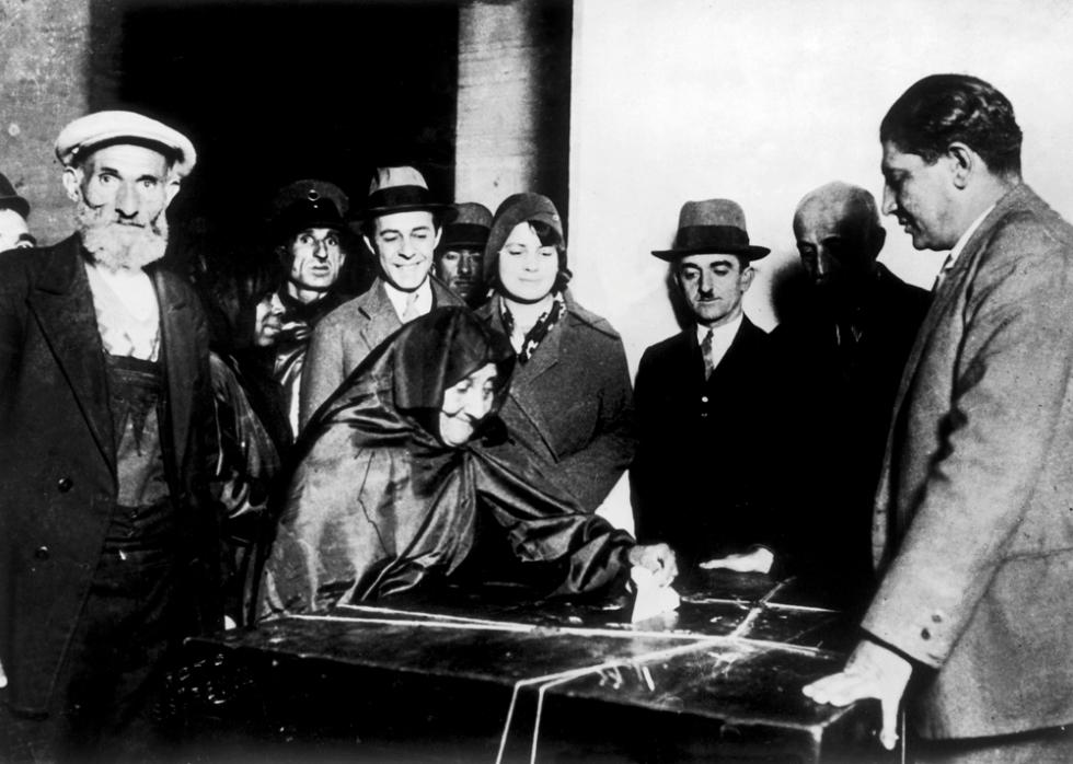 1930 Türkiye'de oy veren ilk kadınlar Kadının seçme ve seçilme hakkı kimi Avrupa ülkelerinde hâlâ tartışma konusuyken, Mustafa Kemal yönetimindeki hükümet, kadınlara önce seçme, sonra da seçilme hakkını tanıdı. Kadınlar ilk kez, 1930'daki belediye seçimlerinde oy kullandı.