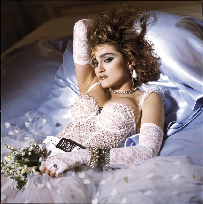 1980'ler Abartı seven kadınlar 1960 ve 70'lerin cinsel özgürlükçü dalgası 1980'lerde duruldu. 1984 tarihli 'Like a Virgin' albümüyle Madonna seksüel özgürlüğün bayraktarlığını üstlendi. O dönemin sembol ismi olan yıldız, abartılı tarzıyla da 1980'leri derinden etkiledi.