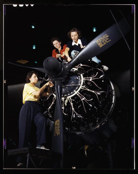 1942 Savaş dönemi II. Dünya Savaşı'yla beraber, kadınlar savaş sanayiinde önemli bir işgücü haline geldi. Kare, Kaliforniya Long Beach'teki Douglas Aircraft Company'de çekilmiş. Kadın işçiler, C-47 kargo uçağı üzerinde çalışıyor.