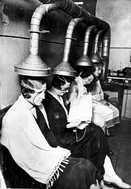 1933 Sovyet usulü güzelleşme yöntemi Rus kadınlar, Sovyet dönemi Moskova'sında bir kuaför salonunda.