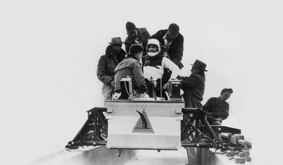 Murphy Kanunu'nu doğuran deneyler Roket kızaklı deneylerde kırdığı hız rekorları sebebiyle adı 'dünyanın en hızlı adamı'na çıkan John Stapp, 1954'te yine bir başka sürüşte, New Mexico'da.