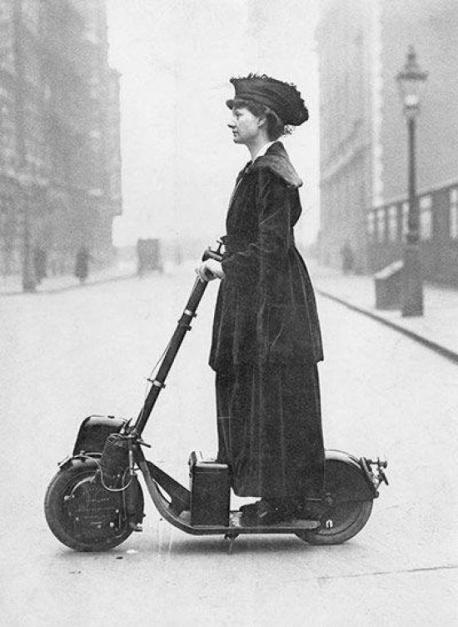 1913 / Eylem öncesi Kadınların seçme ve seçilme hakkını savunan Süfrajet hareketi, 20'nci yüzyılın başında İngiltere ve ABD'de pek çok eyleme imza attı. Fotoğraftaki öncü aktivistler, New York'taki Wall Street eylemi öncesi poz veriyor. Bez çantalarındaki yazılar, kadınlara oy hakkı talep ediyor.
