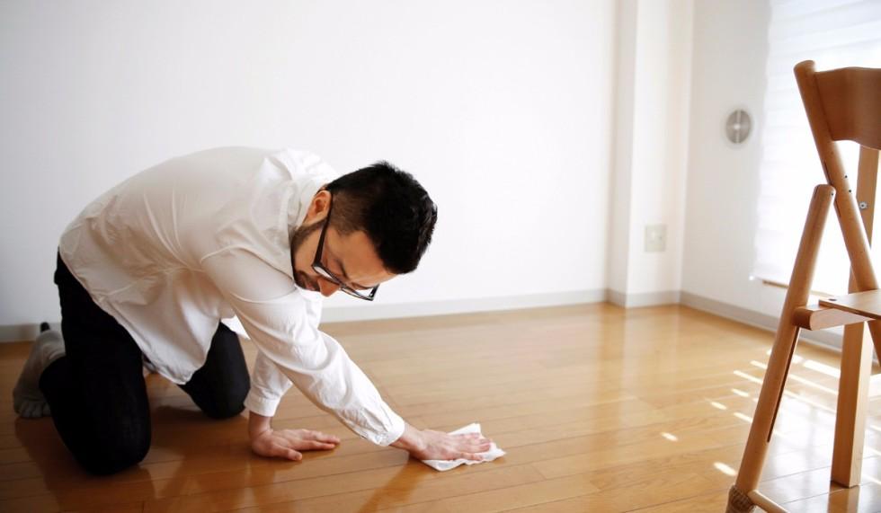 Fumio Sasaki, Tokyo'daki evinde temizlik yapıyor. Bir koleksiyonerken, iki yıl önce hayatını değiştirmeye karar vermiş.