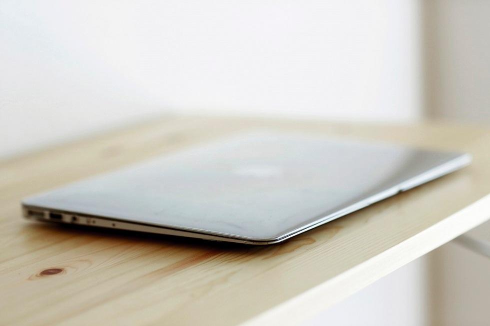 Sasaki'nin çalışma masasında sadece MacBook Air var.